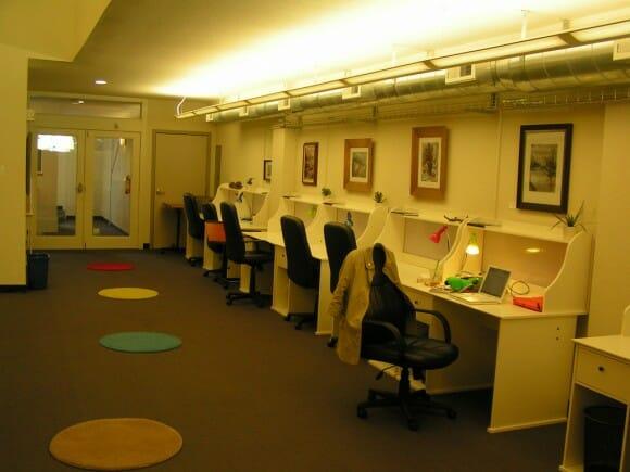 Foto de un espacio de coworking para uso individual con pequeñas mesas unipersonales