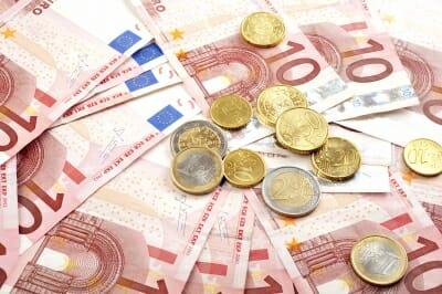Fotografía de billetes y monedas de euro para ilustrar el tema de financiación